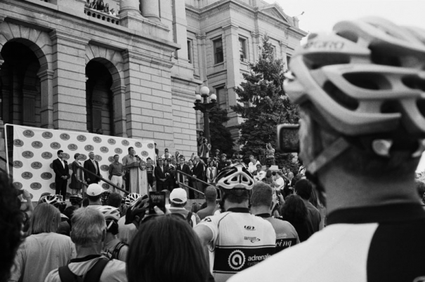 Lance Armstrong speaks to a crowd of cyclists